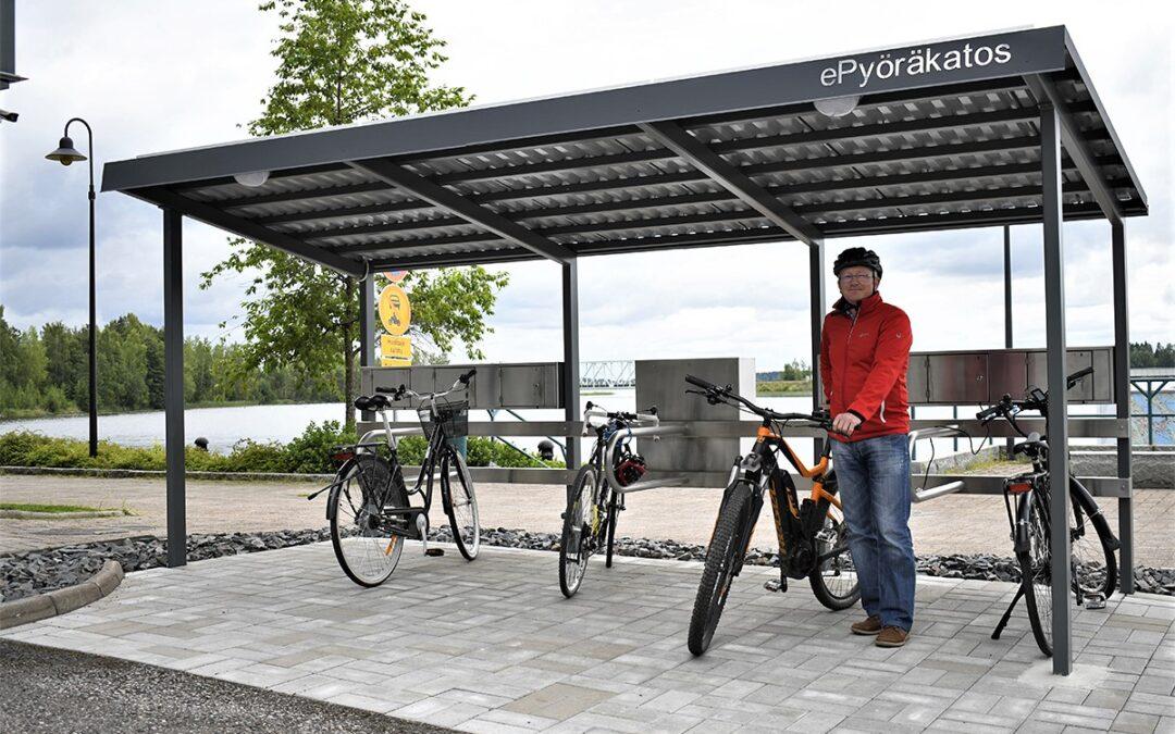 Suomen ensimmäinen aurinkoenergialla toimiva ePyöräkatos mahdollistaa sähköpyörän turvallisen ja ekologisen lataamisen